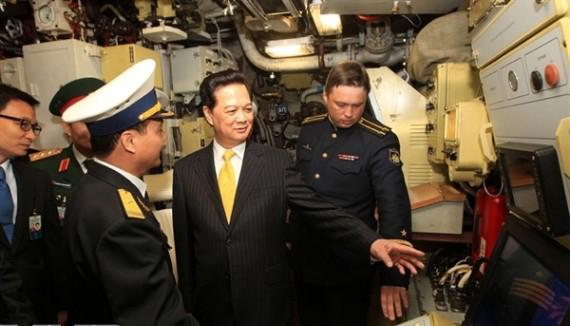 Thủ tướng Nguyễn Tấn Dũng thăm tàu ngầm Hà Nội.