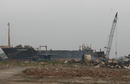 Hải Phòng: Chi tiền tấn để mua tàu cũ về... bán sắt vụn