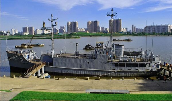Tàu USS Pueblo dài 53, 9 mét, sườn ngang sàn tàu dài 9,7 mét, được đẩy bằng hai động cơ diesel vận tốc 23,5 km/h.