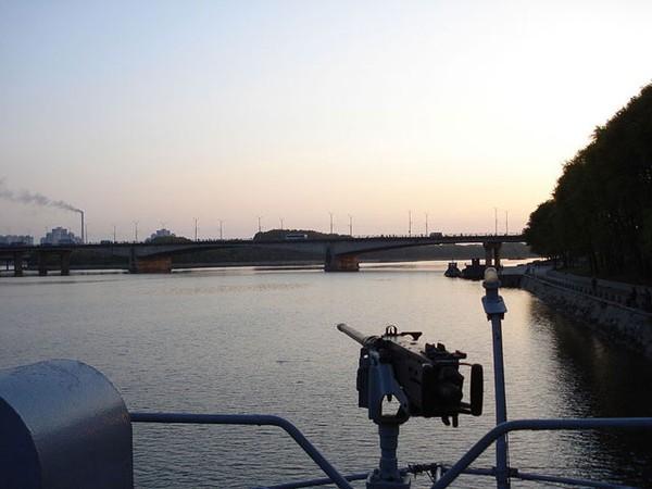 Con tàu chỉ được trang bị 2 khẩu đại liên Browning cỡ nòng 5 ly.