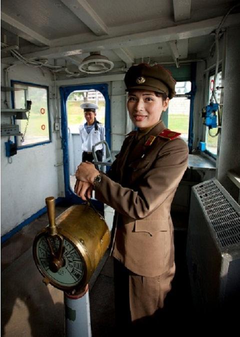 Một hướng dẫn viên du lịch Triều Tiên chụp ảnh bên trong buồng điều khiển.