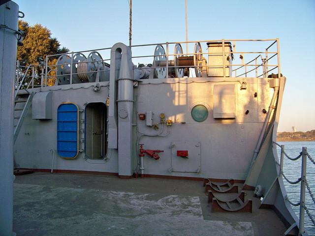Cửa dẫn vào các cabin bên trong tàu.