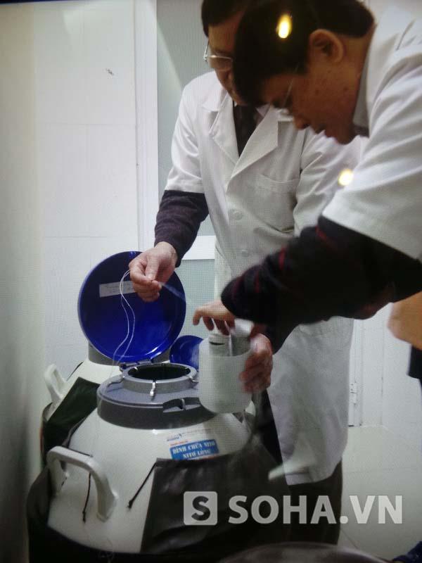 TS Vệ lấy mẫu thử ADN từ tinh trùng của anh Hồ Sỹ Ngọc được TS lưu trữ