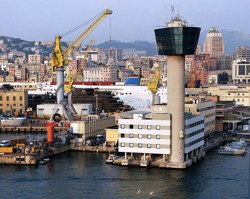 Tháp điều khiển tại cảng biển Genoa, Ý.