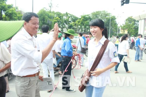 Cha và con ăn mừng sau môn thi cuối.