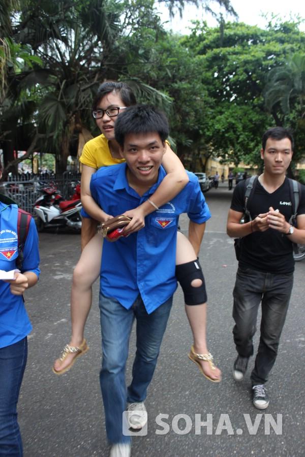 Sánh vẫn quyết tâm đi thi mặc dù chân đau không thể tự đi được.