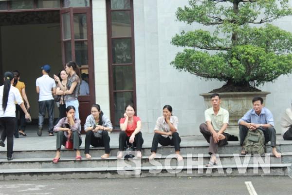 Sinh viên tình nguyện cõng thí sinh bị tai nạn vào phòng thi