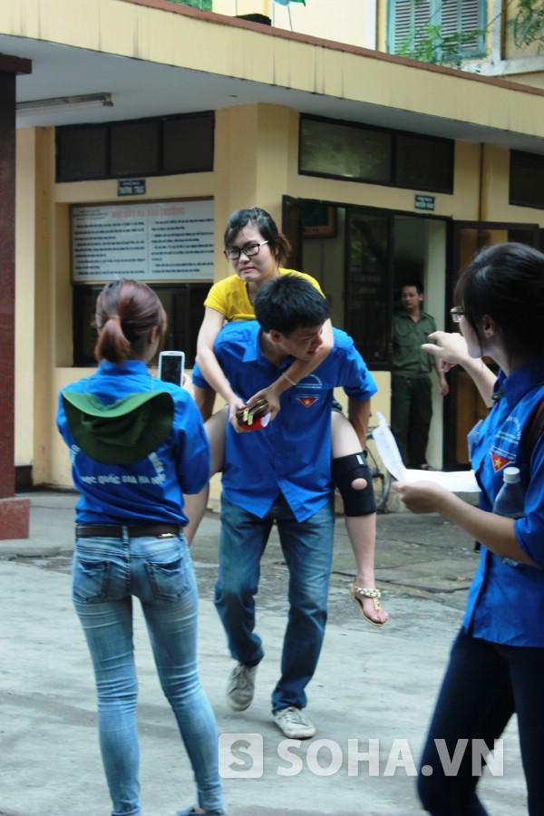 Thí sinh Nguyễn Thị Ngọc Sanh (Bắc Giang) được tình nguyện viên cõng vào phòng thi vì em mới bị tai nạn xe hai ngày trước.