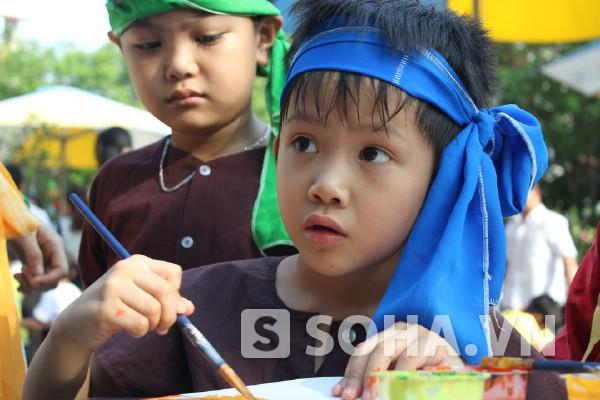 """Năm nay, cậu bé Thiện Nhân bước vào học lớp 2A1 Trường Tiểu học VIP Hà Nội. Chiều nay, Thiện Nhân hồ hởi chơi đùa với bạn bè, học làm đèn lồng, được chơi trò chơi, tô vẽ mặt nạ cho riêng mình để vui đêm trung thu """"Vầng trăng ước mơ"""" do trường tổ chức vào ngày 18/9."""