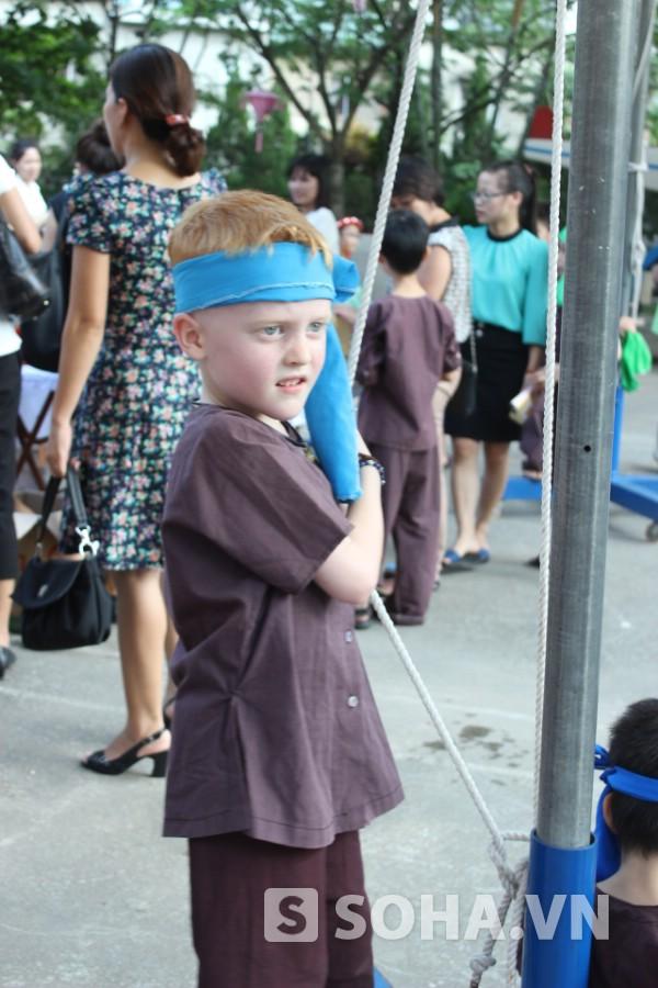 Cậu bé người ngoại quốc Bodhi cũng diện quần áo người nông dân trong ngày trung thu.