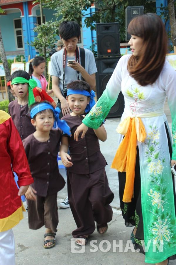 Mặc dù chỉ đi với một chiếc chân nhưng Thiện Nhân vẫn chạy nhảy, nghịch ngợm tham gia trò chơi cùng cô giáo và bạn cùng lớp.