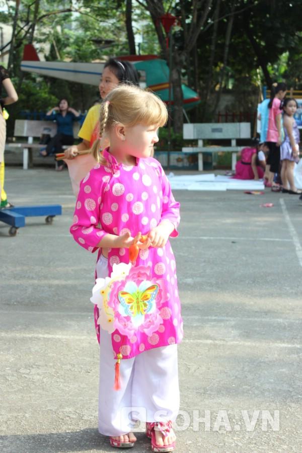 Cô bé người nước ngoài diện trang phục áo dài đáng yêu!