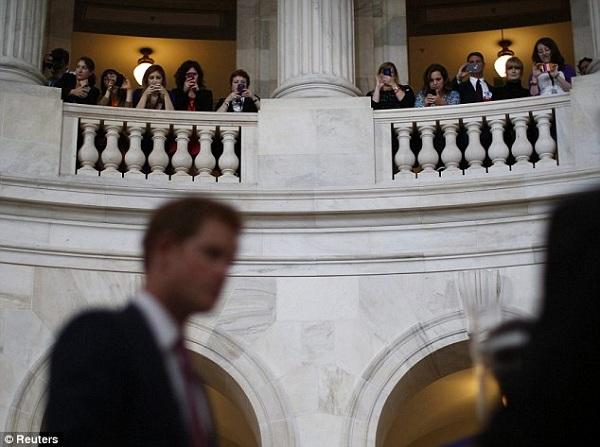 Nữ nhân viên chính phủ Mỹ 'điên đảo' vì Hoàng tử Harry