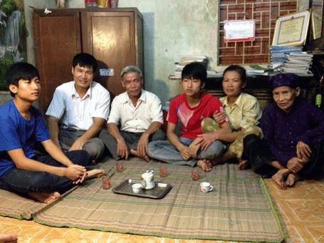 Gia đình và người thân của Tiến lo lắng về tin cháu sẽ tạm dừng việc học để nhập ngũ (ảnh Quang Phong/ Dân trí).