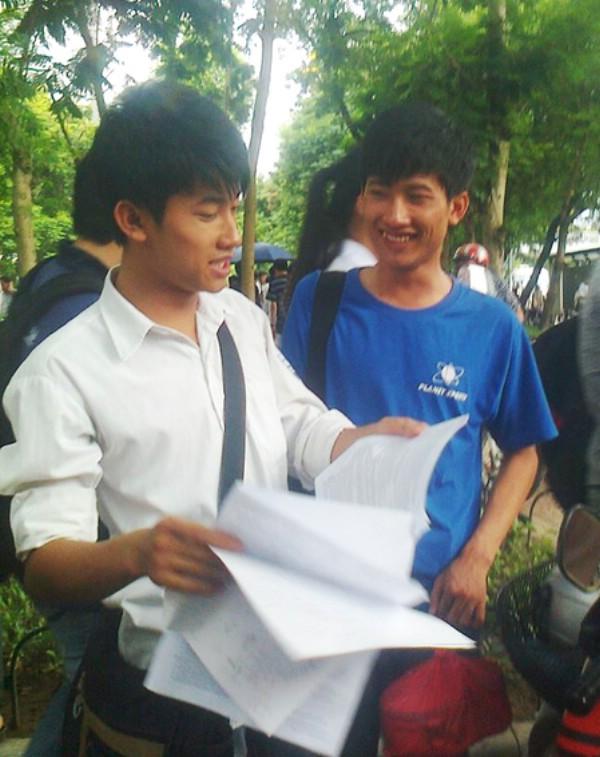 Hai anh em sinh đôi Nguyễn Hữu Tiến (áo trắng) và em trai Nguyễn Hữu Tiền.
