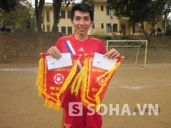 Ngoài thời gian học, Sơn tham gia đá bóng của trường. Đối với chàng trai mảnh khảnh này, bóng đá là niềm đam mê không thể thiếu.