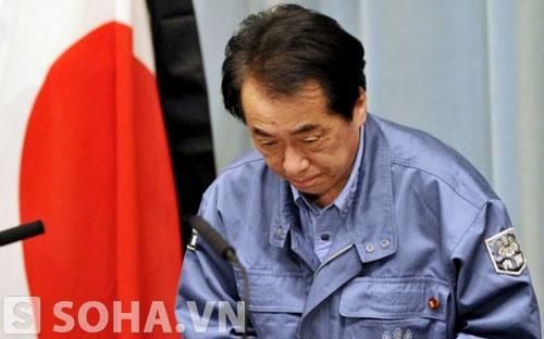 Thủ tướng Nhật Bản Naoto Kan cúi đầu xin lỗi người dân sau sự cố động đất và sóng thần ở Nhật năm 2011.