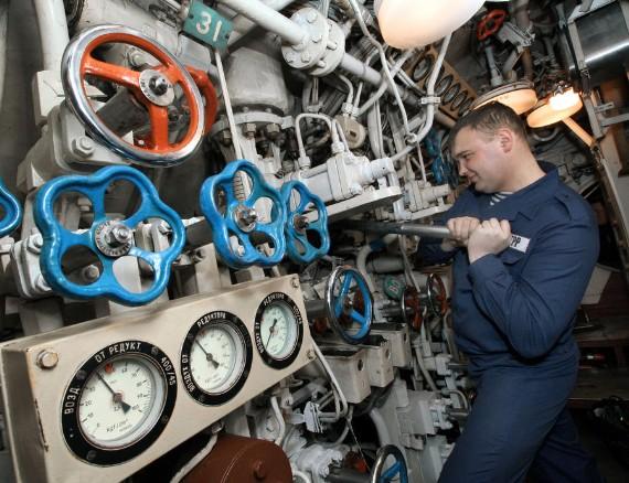 Không gian làm việc trong tàu ngầm rất chật hẹp.
