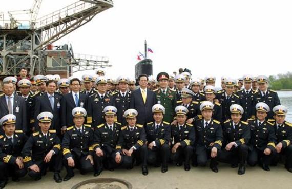 Thủ tướng Nguyễn Tấn Dung cùng kíp tàu ngầm huấn luyện tại Nga.