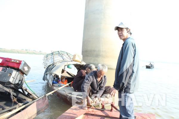 Ông Phạm Đức Quang (đang đứng) trong lần tham gia tìm kiếm thi thể chị Huyền tại khu vực chân cầu Thanh Trì vào ngày 4/12.