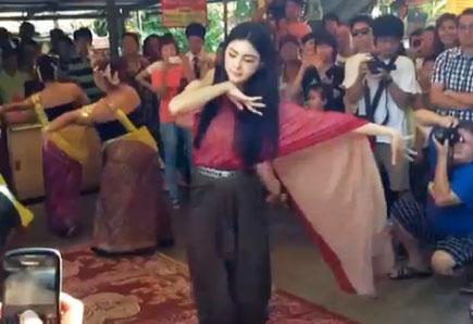 Mai Davika Hoorne múa tạ ơn Mae Nak (ảnh chụp từ clip).