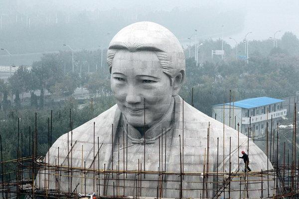 Tượng bà Tống Khánh Linh khi đang được thi công.