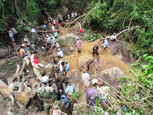 Hàng ngàn người dân đỗ về Khánh Sơn tìm trầm.
