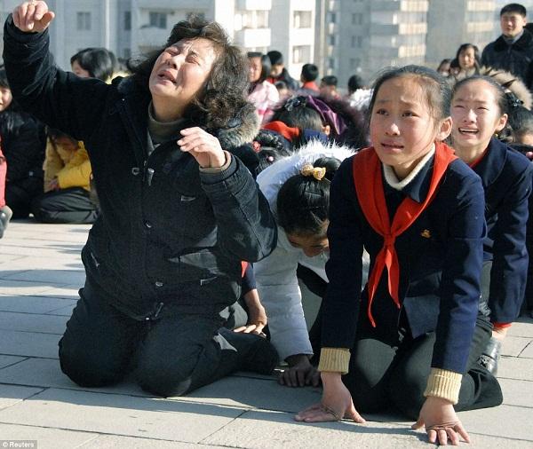 Những người Triều Tiên khóc không đủ chân thành được cho là bị đưa đi lao động khổ sai.