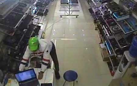 HN: Xông vào cửa hàng, rút sạc, trộm laptop