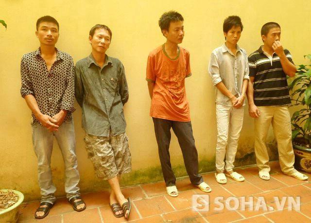 5 đối tượng tại cơ quan công an, Nguyễn Khánh Cường mặc áo da cam