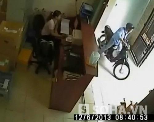 Liều lĩnh trộm xe ngay trước mặt cô gái