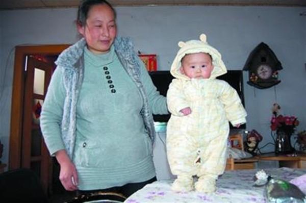 Trung Quốc: Bé gái 4 tháng tuổi biết đứng, không biết ngồi