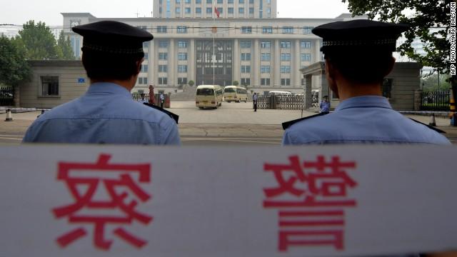 Cảnh sát Trung Quốc bảo vệ bên ngoài phiên tòa xét xử chính trị gia thất sủng Bạc Hy Lai tháng 9/2013
