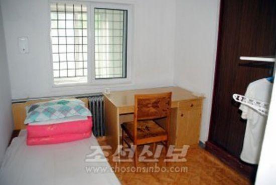 Phòng giam của Pae Jun Ho trong nhà tù.