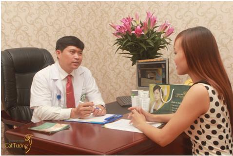 Ông Nguyễn Mạnh Tường tư vấn cho khách hàng về phương pháp hút mỡ Laser Lipo.