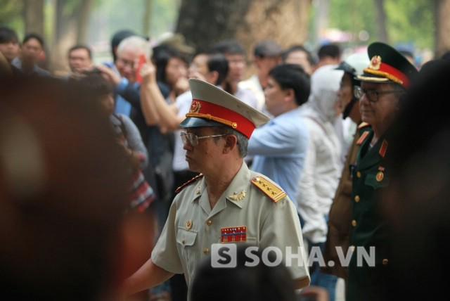 Các tướng rẽ dòng người đông đúc trước cổng nhà Đại tướng.
