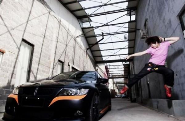 Lý Thiên Nhất bên siêu xe của mình.