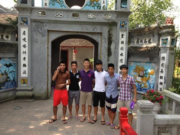 Các cầu thủ đi thăm đền Ngọc Sơn