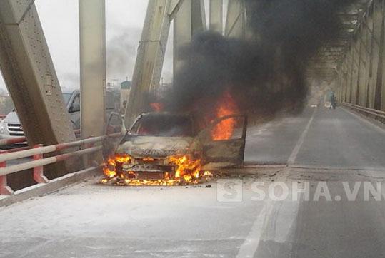 Sau 15 phút ngọn lửa đã thiêu rụi hoàn toàn chiếc xe FIAT 5 chỗ ngồi.
