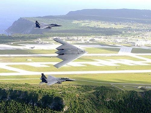 Các máy bay chiến lược B1, B2 bay trên bầu trời Guam