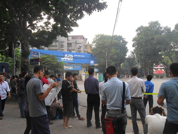 Từ rất sớm, rất nhiều người dân đã đổ về khu vực Nhà tang lễ để theo dõi Lễ viếng Đại tướng Võ Nguyên Giáp