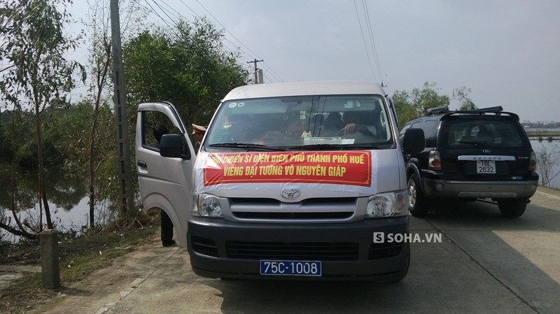 Chiếc đưa đoàn Chiến sĩ Điện Biên Phủ TP. Huế đến viếng Đại tướng tại An Xá, Lộc Thủy, Lệ Thủy, Quảng Bình