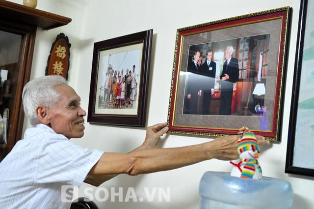 Bức ảnh chụp cùng Tổng thống Putin được ông treo ở một vị trí trang trọng trong nhà