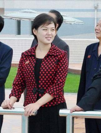 Hình ảnh đầu tiên về bà Ri Sol Ju xuất hiện bên cạnh chủ tịch Kim.