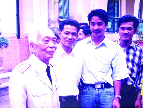 Ảnh chụp của Chủ tịch Thái Hà Books đứng cạnh Đại tướng Võ Nguyên Giáp từ các đây nhiều năm