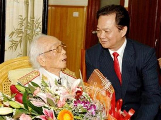 Thủ tướng Nguyễn Tấn Dũng thăm Đại tướng Võ Nguyên Giáp nhân dịp sinh nhật 100 tuổi.
