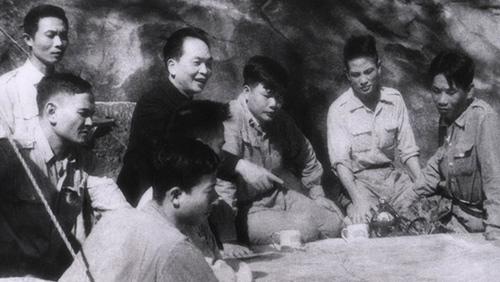 Tháng 3/1954, Tướng Giáp họp bàn chuẩn bị đánh trận Điện Biên Phủ, sự kiện chấm dứt chế độ thực dân Pháp tại Đông Dương.