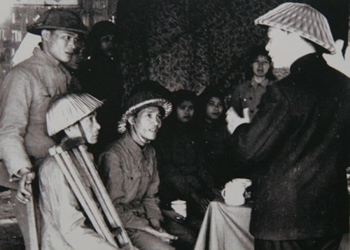 Sau chiến thắng Điện Biên Phủ, Đại tướng Võ Nguyên Giáp đi thăm thương bệnh binh năm 1954