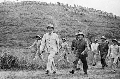 Chủ tịch Hồ Chí Minh và Đại tướng Võ Nguyên Giáp thăm một đơn vị bộ đội diễn tập năm 1957.