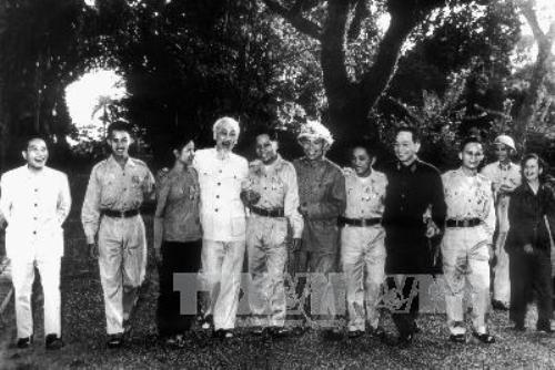 Chủ tịch Hồ Chí Minh và Đại tướng Võ Nguyên Giáp với các anh hùng miền nam tại khu vườn Phủ Chủ tịch ngày 15/11/1965. Ảnh: TTXVN